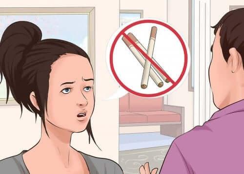 Bărbat și femeie vorbind despre pericolele țigărilor și despre guma cu nicotină