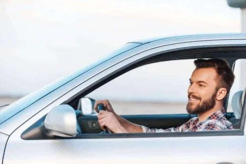 Bărbat aflat la volan