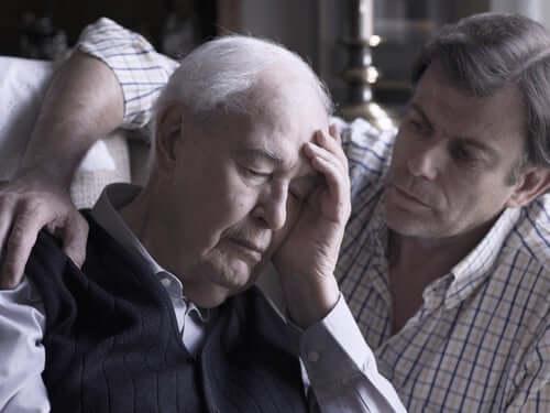 Bătrân care profită de principalele utilizări ale clorhidratului de donepezil