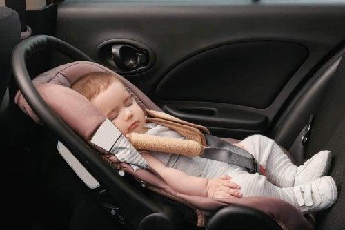 Bebeluș dormind în mașină