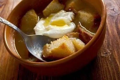 Bol cu supă și ou poșat