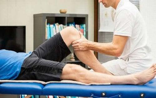 Chiropractor care face masaj unui pacient