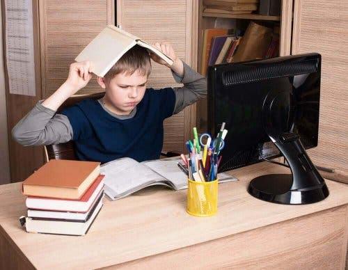 Copil întâmpinând dificultăți în a-și face temele