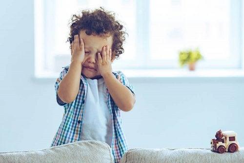 Copil mic care plânge în sufragerie