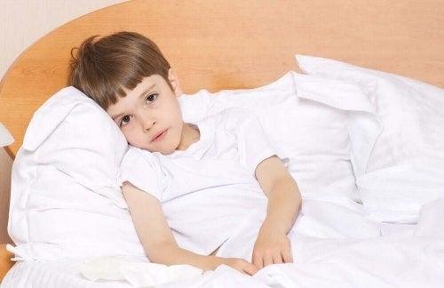 Copil moleșit de oboseală