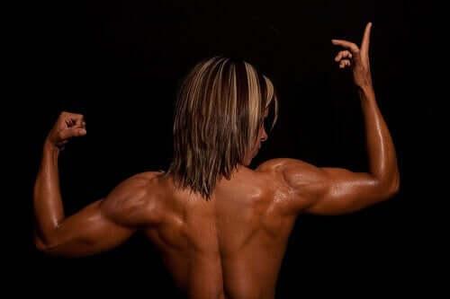 Culturist etalându-și mușchii spatelui