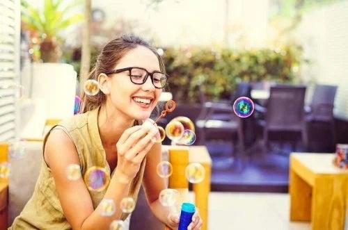 Fată care face baloane de săpun