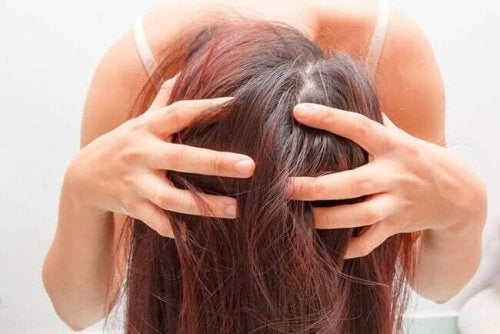 Fată care aplică tratamente cu rozmarin pentru păr