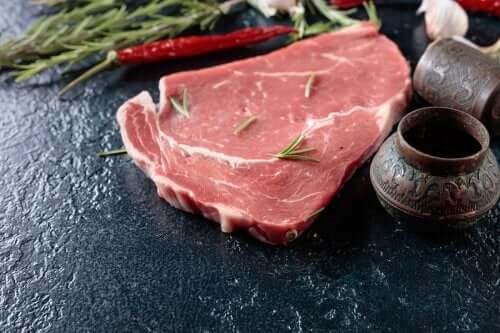 Felie de carne crudă