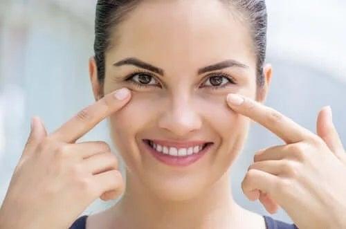 Femeie care cunoaște adevărul despre îngrijirea pielii