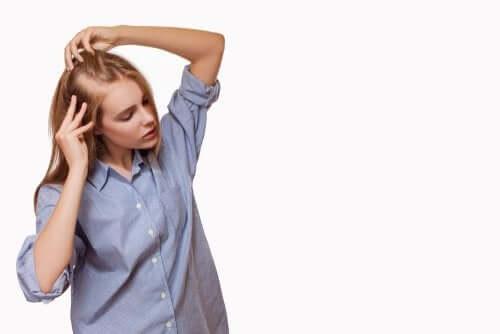 Femeie care are nevoie de un tratament pentru alopecie cu minoxidil