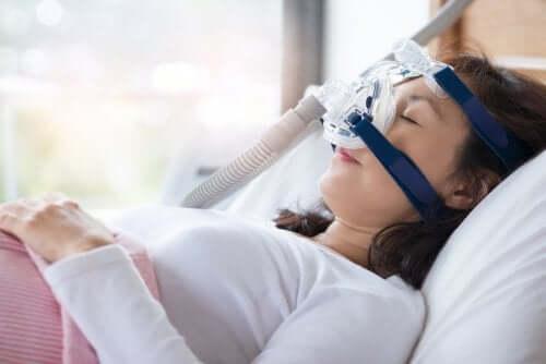 Femeie conectată la un aparat CPAP