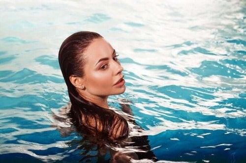 Femeie înotând la ștrand