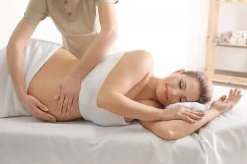 Femeie care primește un masaj prenatal