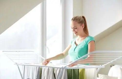 Femeie care a eliminat mirosul de mucegai al hainelor