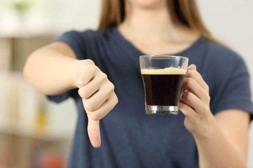 Femeie care spune nu cafelei