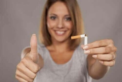 Femeie spunând nu țigărilor