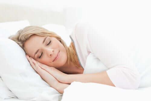 Femeie care a adoptat obiceiuri pentru îmbunătățirea calității somnului