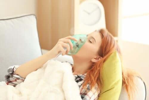 Femeie cu mască de oxigen pe față