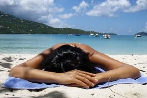 Femeie care face plajă la soare
