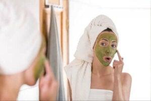 Tratarea acneei cu ceai verde: mit sau adevăr?