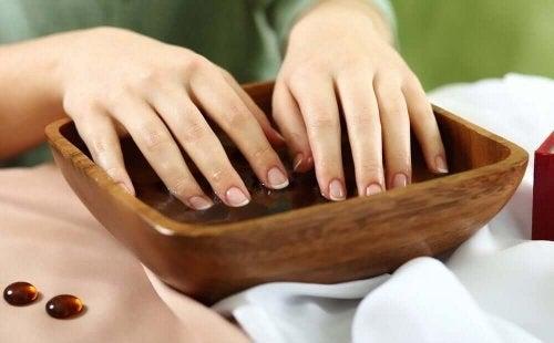 Femeie care folosește tratamente pentru unghiile fragile
