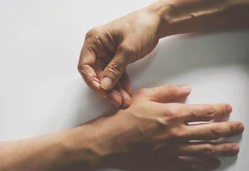 Inserția unui ac în mână
