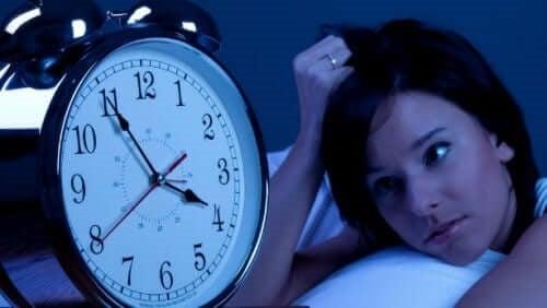Femeie care suferă de mai multe tipuri de insomnie