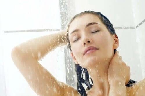 Fată care face exerciții de mindfulness pentru anxietate sub duș