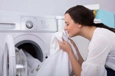 Cum să scapi de mirosul de mucegai al hainelor