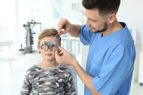 Cum să detectezi problemele de vedere la copii mici