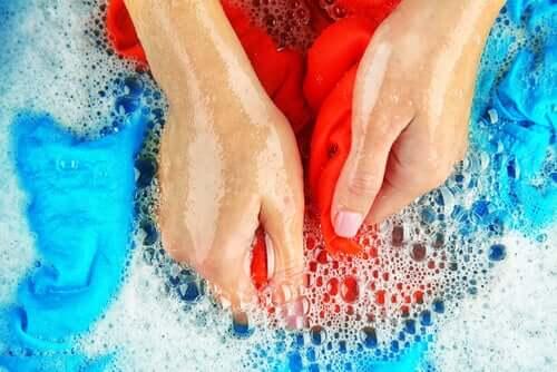 Spălat la mână pentru îndepărtarea petelor de ulei