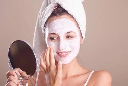 Ai grijă de piele la menopauză cu măști faciale