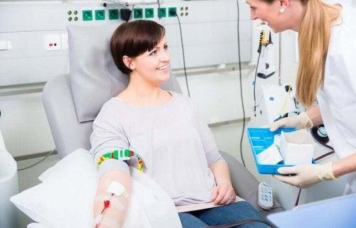Asistent explicând transfuziile de sânge unui pacient
