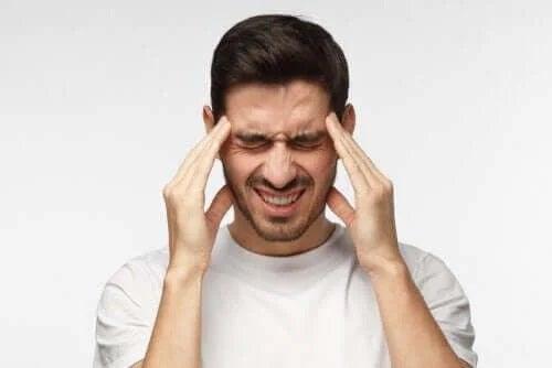 Bărbat care are o durere de cap