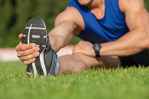 Bărbat care face exerciții pentru durerea sciatică