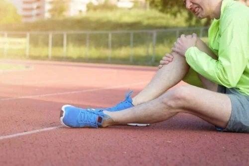 Bărbat care se confruntă cu luxația de rotulă la genuchi