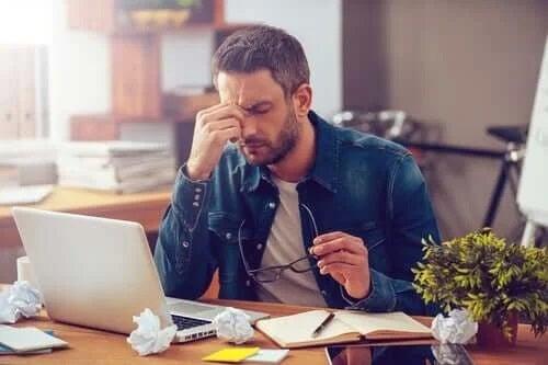 Bărbat care suferă de sindromul depresiv după vacanță