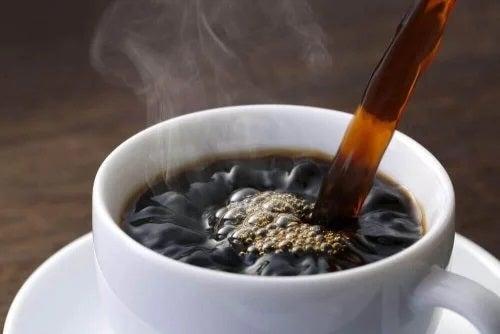 Cană cu cafea fierbinte