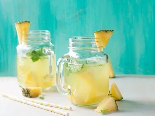 Cană cu suc de ananas