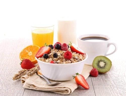 Cereale cu fructe servite cu diverse băuturi sănătoase