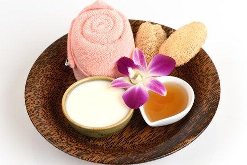 Cremă naturală pentru albirea pielii cu iaurt