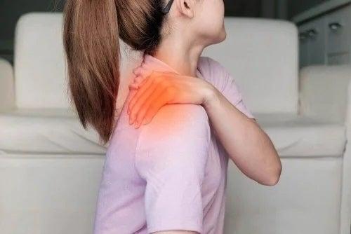 Femeie care are o durere de umăr
