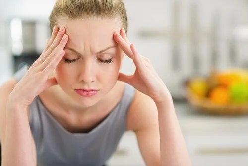 Fată care are o durere de cap profundă