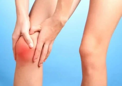 Fată care are o durere de genunchi
