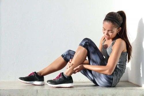 Fată afectată de durerea musculară cu debut întârziat