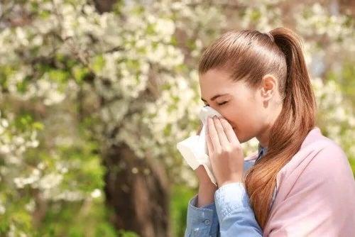 Fată care vrea să scape de excesul de mucus la nivelul gâtului