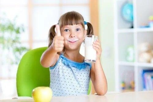 Fată care bea lapte