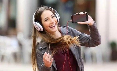 Fată care ascultă muzică în căști