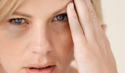 Fată care experimentează simptome neobișnuite ale infarctului la femei
